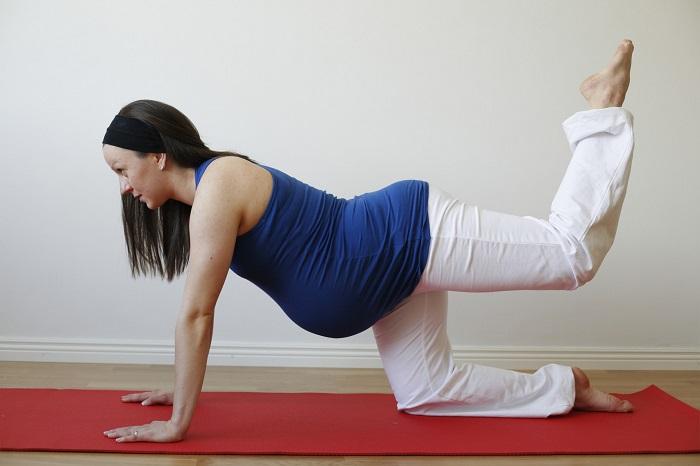 tập thể dục thể thao và vận động yoga, đi bộ, bơi lội giúp mẹ vượt qua táo bón thai kỳ